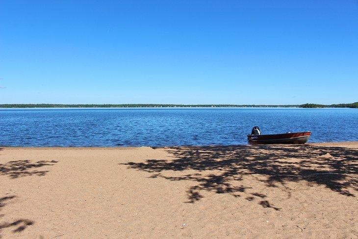 Playa principal en el lago Brereton