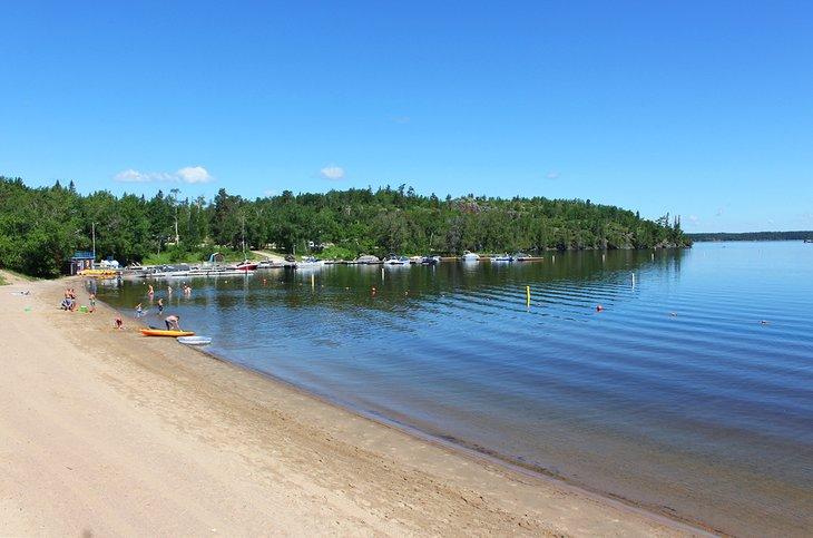 Crescent Beach al lado del campamento en West Hawk Lake