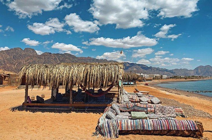 Playa de Ras Shetan a lo largo de la costa de Nuweiba-Taba
