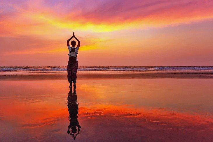 Yoga al atardecer en la playa de Arambol