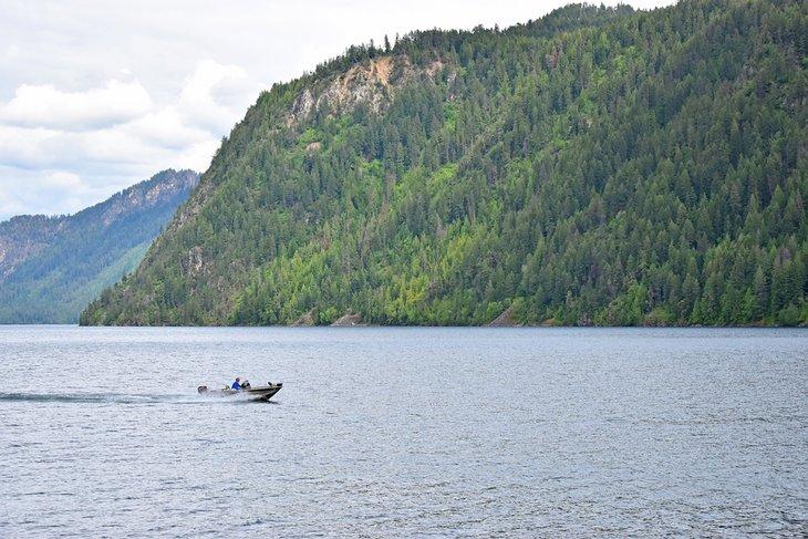 Barco en el lago Pend Oreille en Farragut State Park