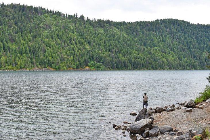 Pescador en el lago Pend Oreille, Parque Estatal Farragut