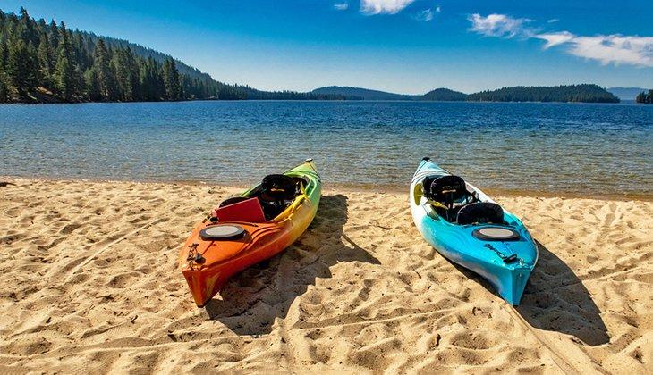 Kayaks en una playa en Payette Lake