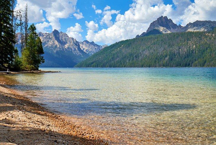 Montañas de diente de sierra y lago de gallineta nórdica