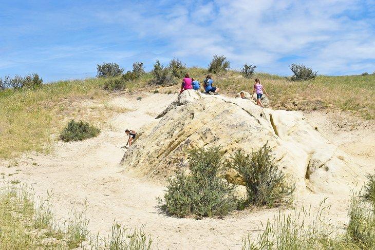 Niños jugando en la cima de Elephant Rock
