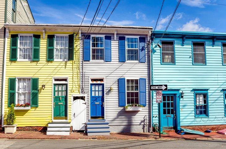 Coloridas casas históricas en el casco antiguo de Annapolis