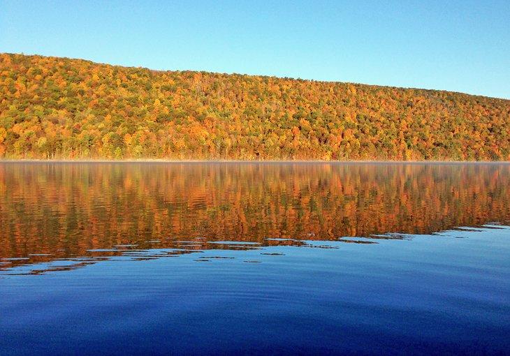 Colores de otoño en el lago Canadice
