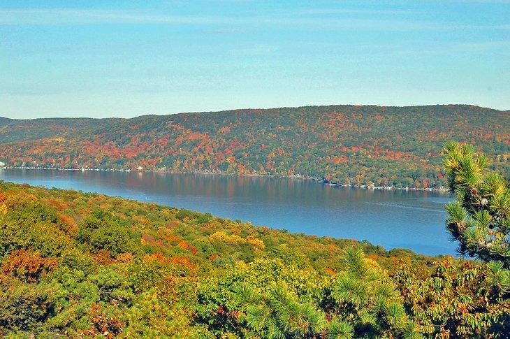 Greenwood Lake con colores otoñales