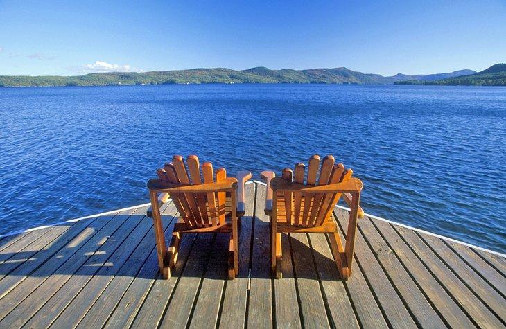 Sillas Adirondack con vistas al lago George, NY
