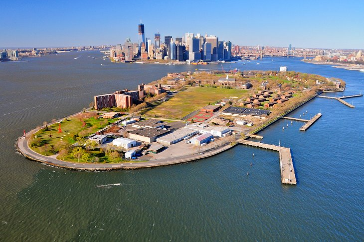 Vista aérea de Governors Island y Manhattan