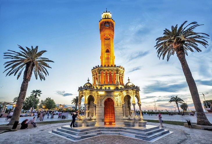 İzmir Konak Meydanı'ndaki saat kulesi