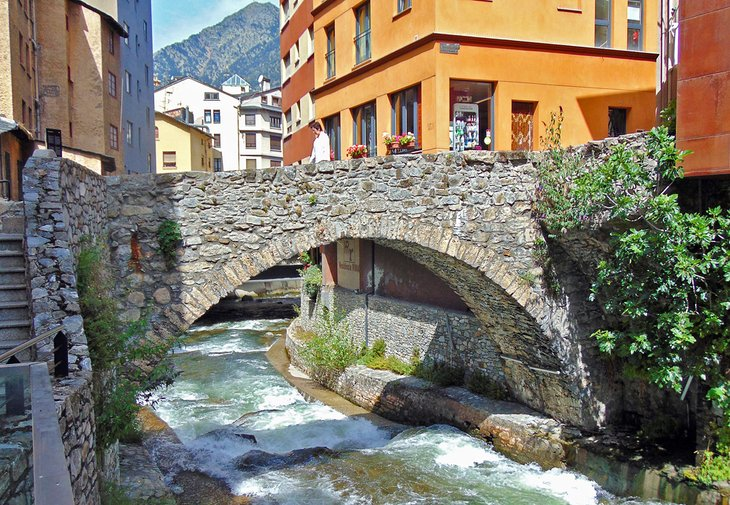 Arroyo que fluye por Les Escaldes