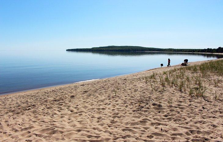 Playa frente al campamento en Pancake Bay PP
