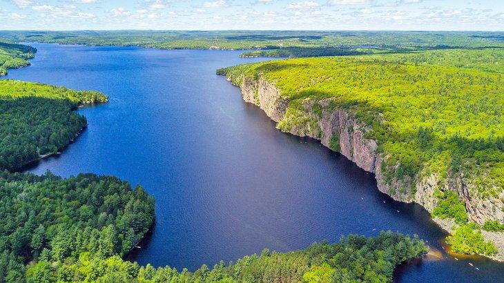 Vista sobre el lago Mazinaw en el Parque Provincial Bon Echo
