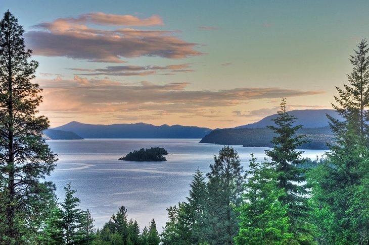 Atardecer en el lago Pend Oreille, Bosques Nacionales del Panhandle de Idaho