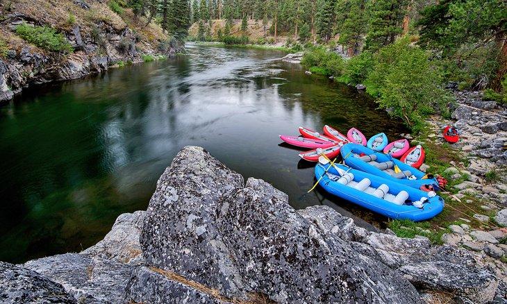 Barcos en la bifurcación media del río Salmon