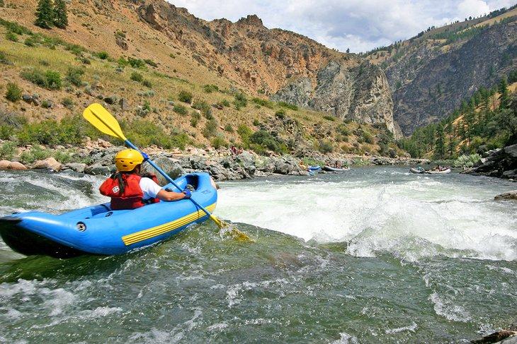 Kayak inflable pasando por Tappan Falls en la bifurcación media del río Salmon