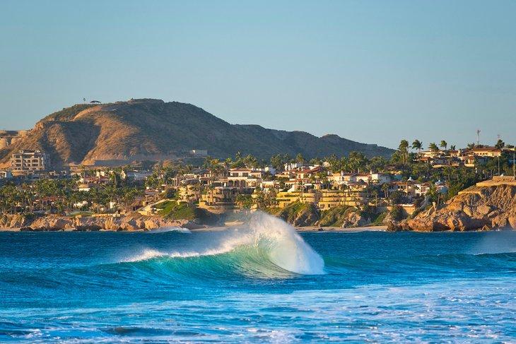 Surfea en el Cabo Este de Baja
