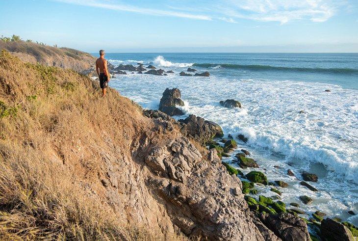 Surfer observando las olas en Playa La Ticla