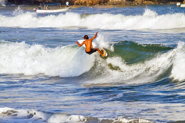 Surfista en Sayulita cerca de Punta Mita