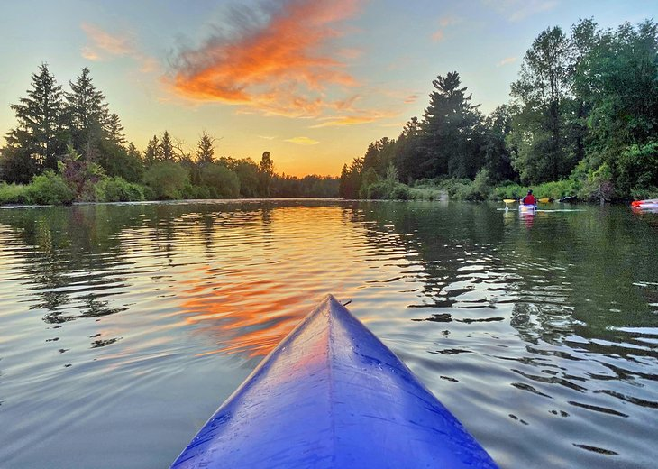 Kayak al atardecer en el Parque Provincial Earl Rowe