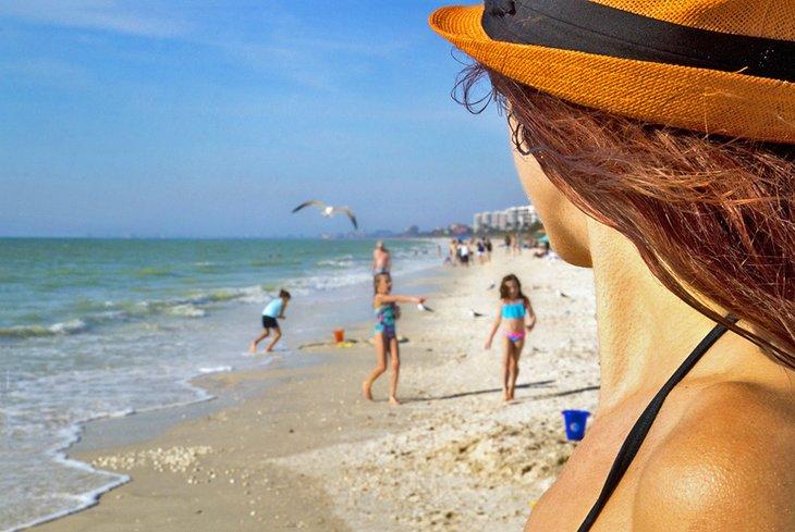 Familia disfrutando de Barefoot Beach Preserve