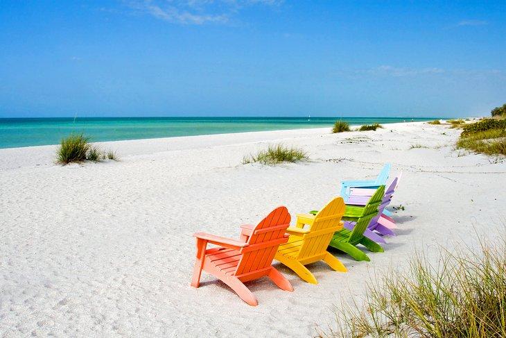 Sillas de colores en una playa de Sanibel Island