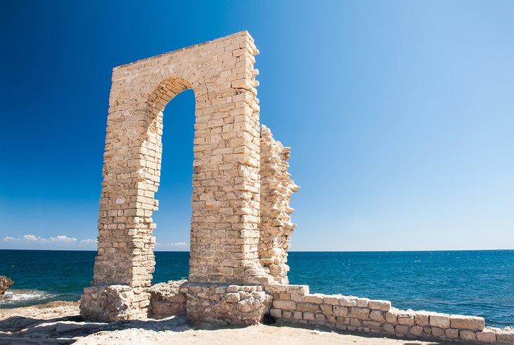 Ruinas antiguas en la zona del puerto viejo