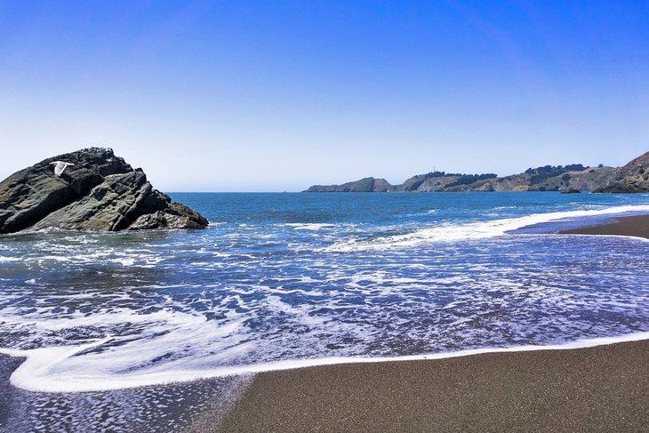 Playa de arenas negras