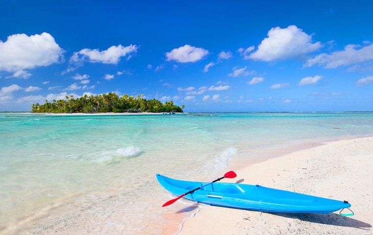 Kayak en una playa rosa en Tikehau, Polinesia Francesa
