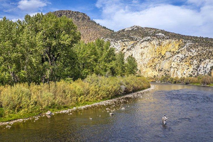 Pescador con mosca en el río Big Hole cerca de Melrose, Montana