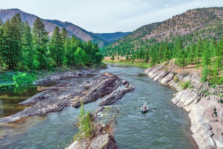 Pesca con mosca en bote a la deriva a través de la garganta del río Alberton en el río Clark Fork