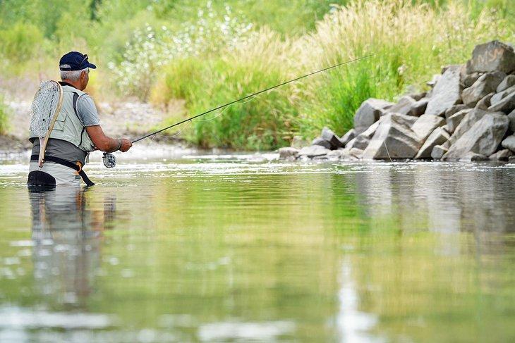 Pescador con mosca solitario en el río Gallatin