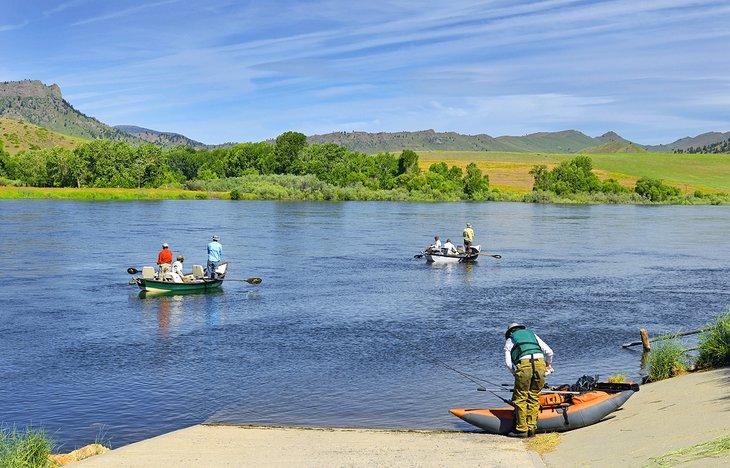 Pescador en dirección al río Missouri cerca del puente Wolf Creek