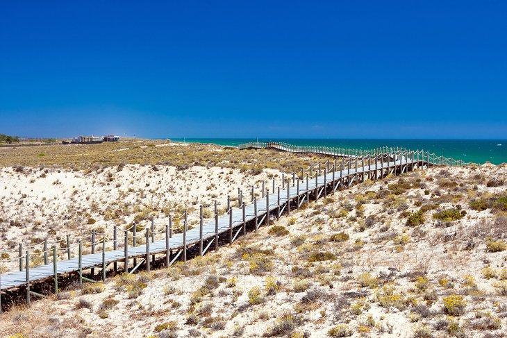 Puente peatonal de madera sobre las dunas de Praia da Quinta do Lago