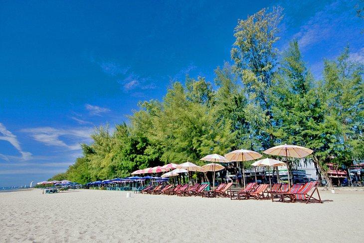 Красочные пляжные шезлонги на пляже Ча-Ам