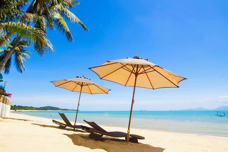 Зонты и шезлонги на пляже Maenam
