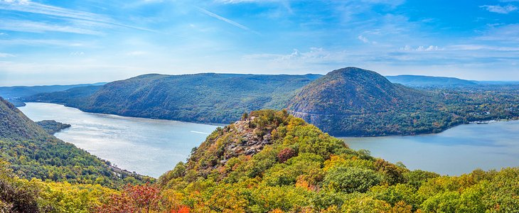 Panoramic view of the Hudson River and Hudson Highlands from Breakneck Ridge