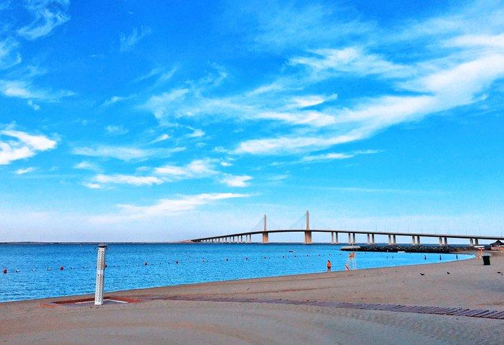 Vista del puente Hudariyat desde la playa de Al Bateen
