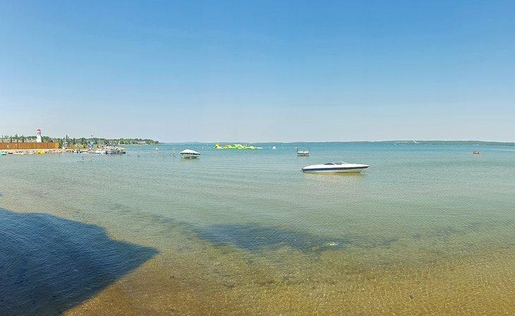 Barcos y playa en el lago Sylvan