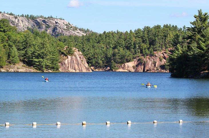 Kayakistas en George Lake