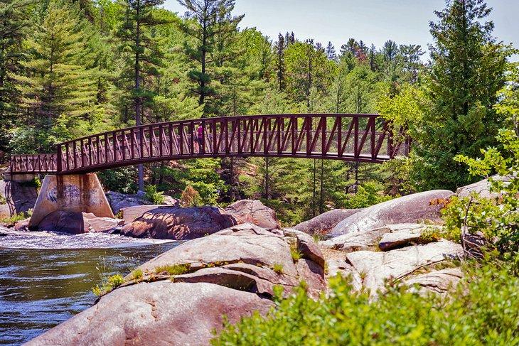 Un puente de hierro en Onaping Falls