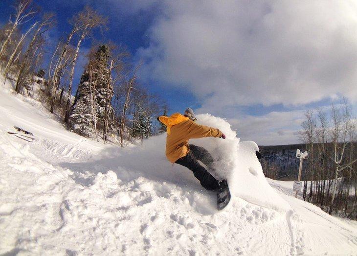 Snowboarder rasgando la zona de esquí de Loch Lomond