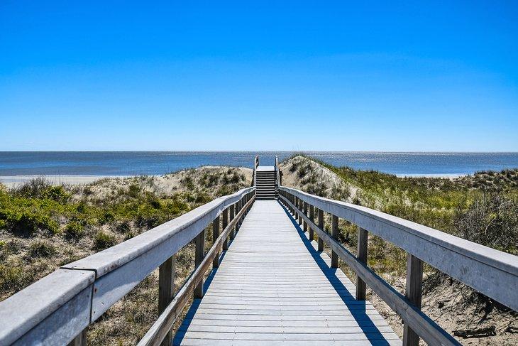 Paseo de madera que conduce a Glory Beach