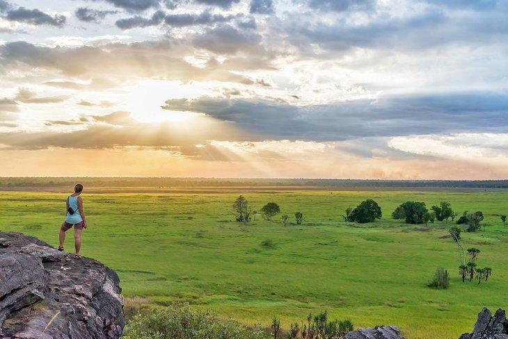 Caminante en el mirador de Nadab durante la puesta de sol, Ubirr Walk, Parque Nacional Kakadu