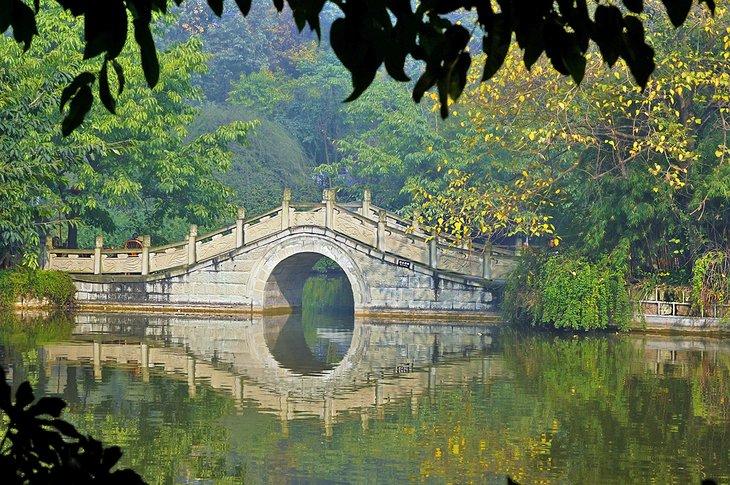 Pintoresco puente en el Parque Cultural de Chengdu