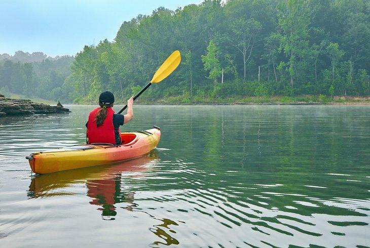 Kayakista en el lago Barren River