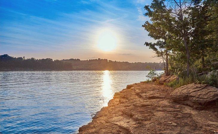 Atardecer en el lago Rough River