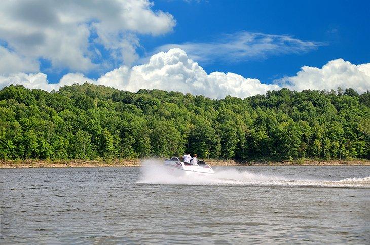 Lancha rápida en el lago Taylorsville