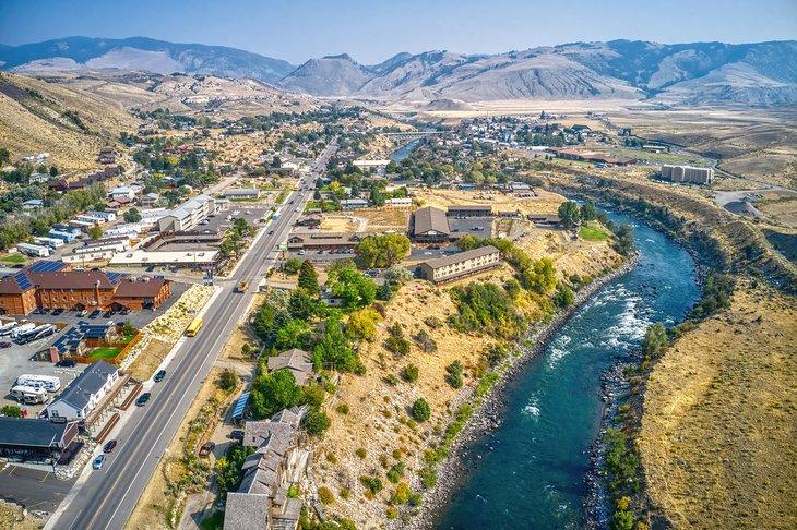 Río Yellowstone que fluye junto a Gardiner